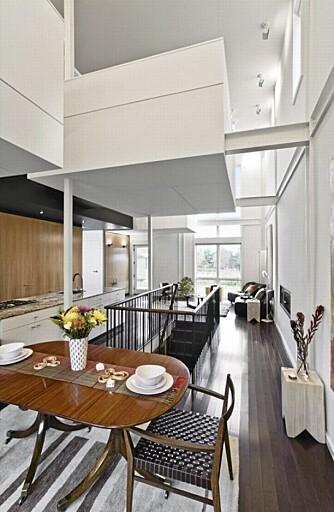 GJENNOMGÅENDE LYS: De store vinduene på hver side av huset lar lyset strømme gjennom huset.