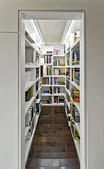 EGET ROM: Eierne ønsket eget rom til bøkene. Det er blitt et av de svevende elementene i det luftige bygget.
