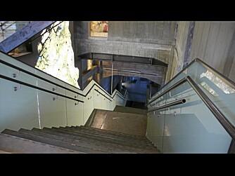 GLATT MOT GROVT: Innvendig står glatte flater opp mot barsk betong.