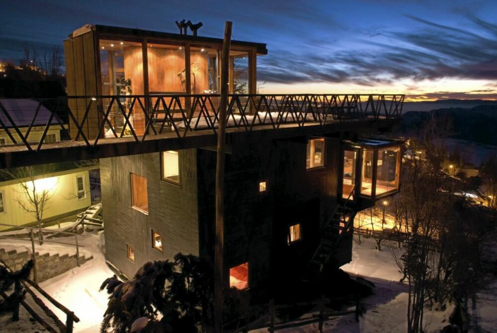 """LYSPÆRE: Den store, kubelignende bygningskroppen har flere """"utvekster"""", som inngangspartiet på toppen. Arkitektene ville at det skulle fungere som en stor lyspære når det var mørkt."""
