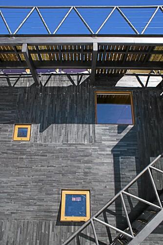 STÅLKONSTRUKSJON: Den bærende konstruksjonen ble bygget som et stålbur og så kledd med flere lag med kledning. En gangbro forbinder hytta med den terrenget bak.