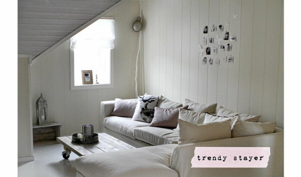 DUS SOFAKROK: En hyggelig innredet sofakrok gjør absolutt nytten. Tape opp yndingsbildene, kort og nips med tape på veggen, som over sofaen.