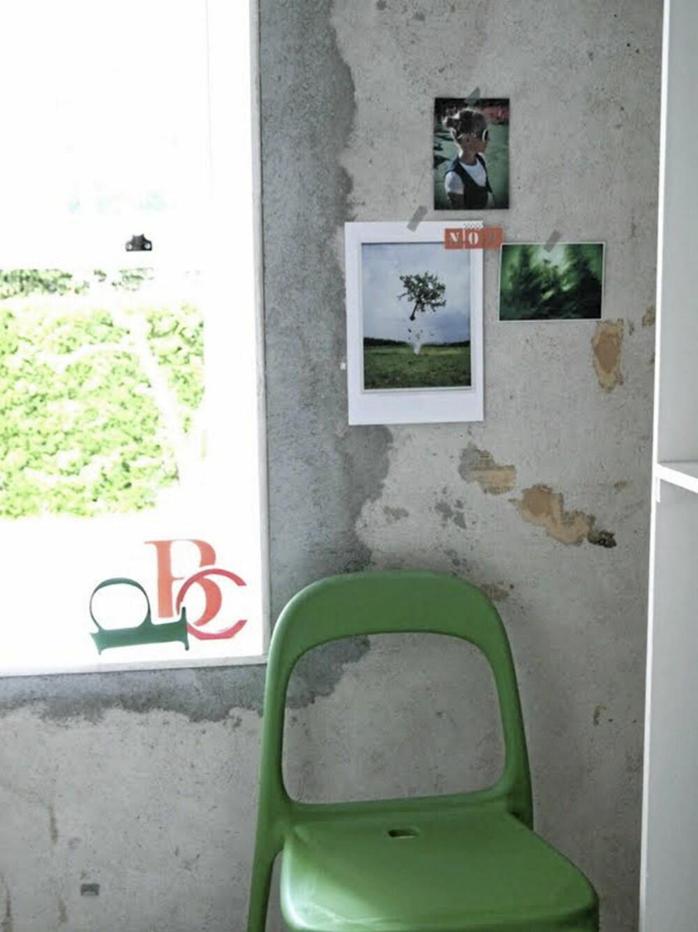HJØRNE MED SÆRPREG: En grønn stol og noen tøffe bilder festet med tape på veggen, gir rommet særpreg. Spesielt mot den røffe veggen.