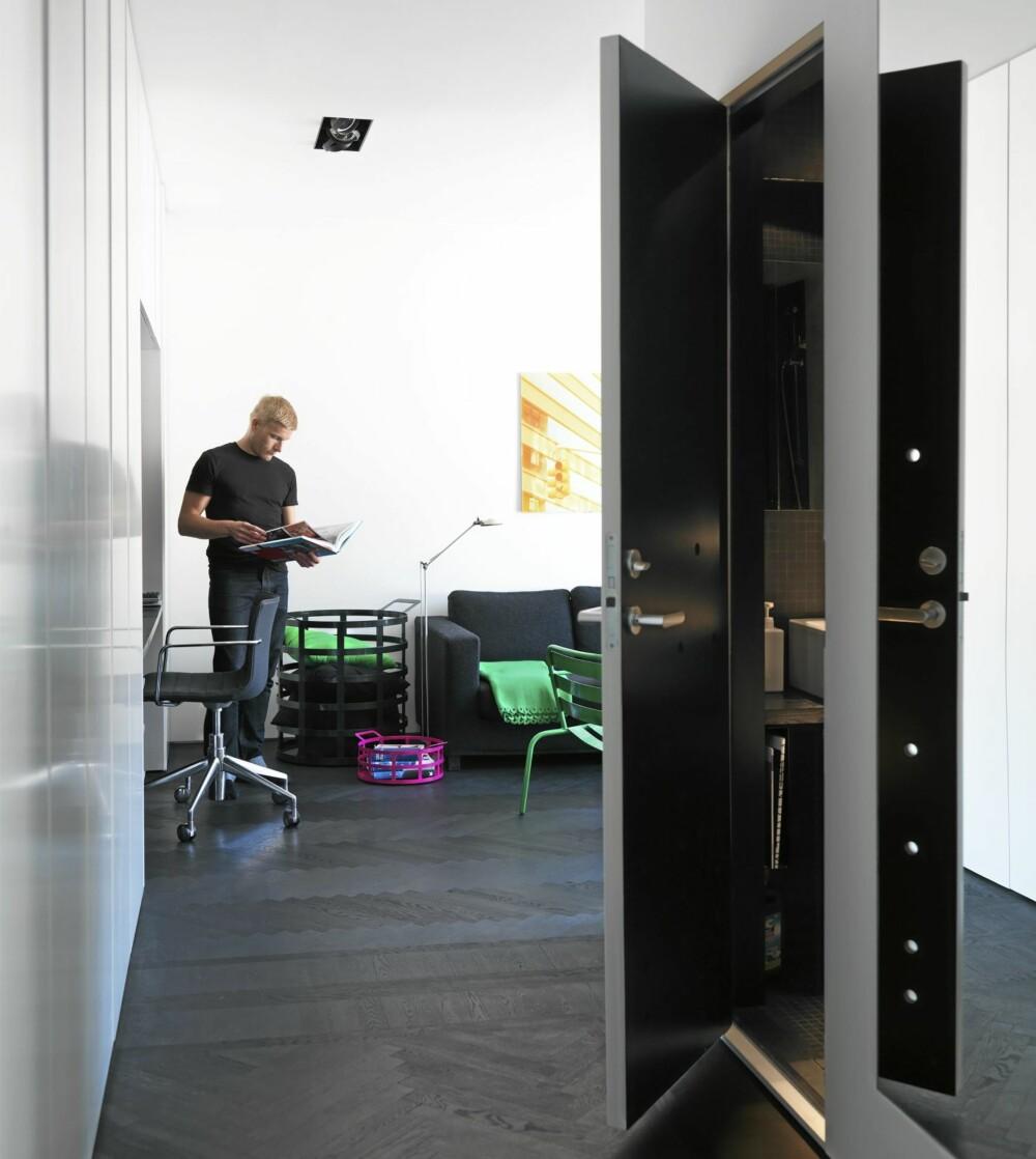 DESIGNER PÅ HJEMMEBANE: Jonas Wagell er en Sveriges mest lovende designere. Leiligheten hans forteller noe av grunnen.
