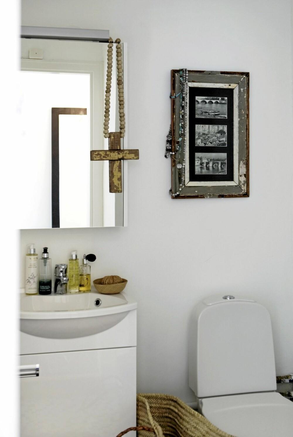 BADEGLEDER: Også på badet henger reiseminner. Korset som henger på speilet er kjøpt i Sør-Afrika. Fotografiene over toalettet er satt i gammel ramme. En rommelig kurv med skinnhanker er fin til håndklær eller andre ting.