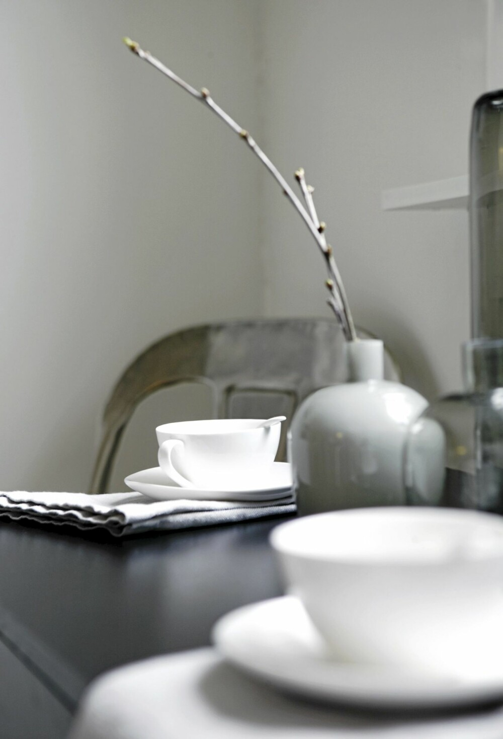 STILLEBEN: Servise og vase i avdempede farger fra Bolina. Det holder gjerne med en skulpturell kvist i vasen.