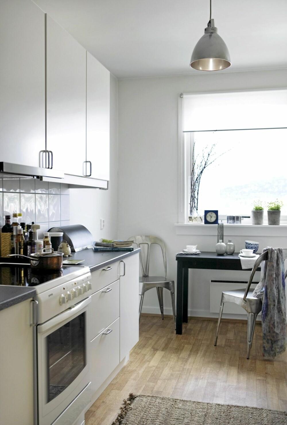 LYS INSPIRASJON: Kjøkkeninnredningen er fra Kvik, og kjøkkenstoler er fra Living. Bord fra Ikea og teppe fra Bolina.