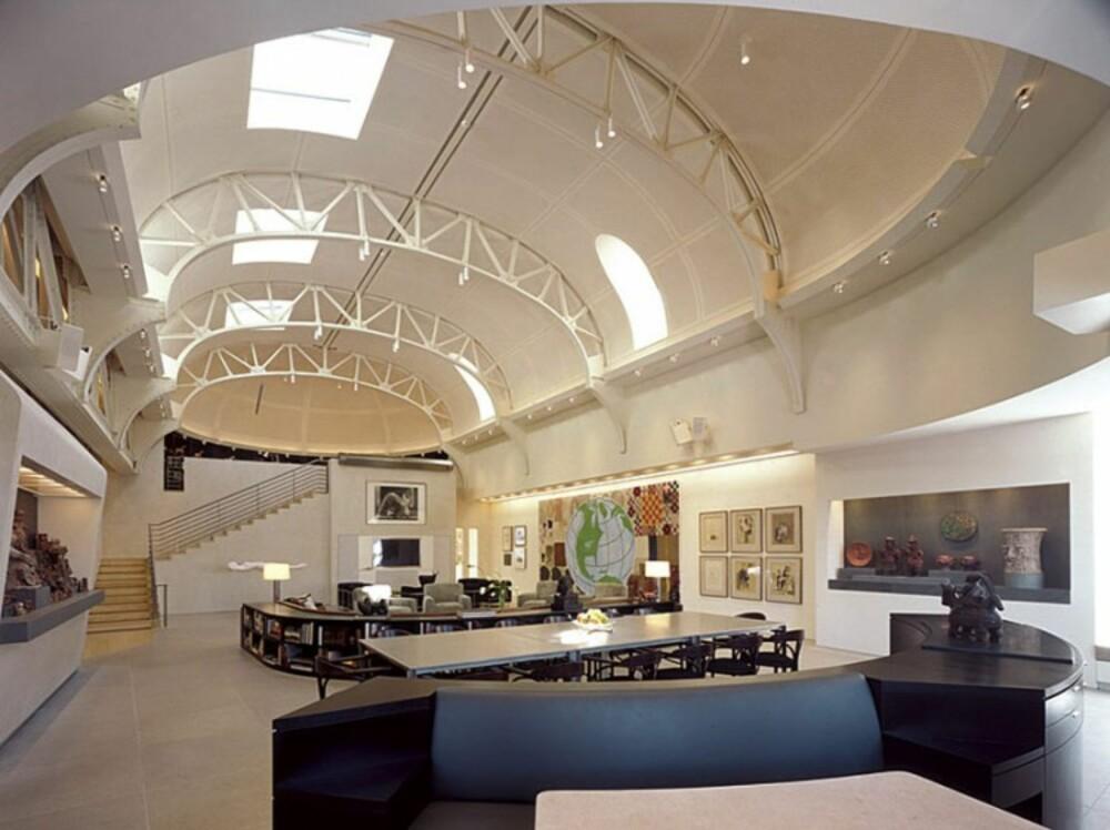 SPESIALLAGET: Møblene i allrommet ble laget spesielt, så de skulle få en størrelse som passet inn i det store rommet.