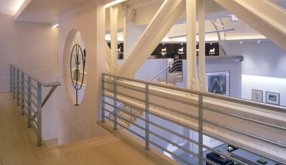 MESSANIN: Den store takhøyden gjorde at arkitektene hadde mange muligheter til å lage rom i rommet.