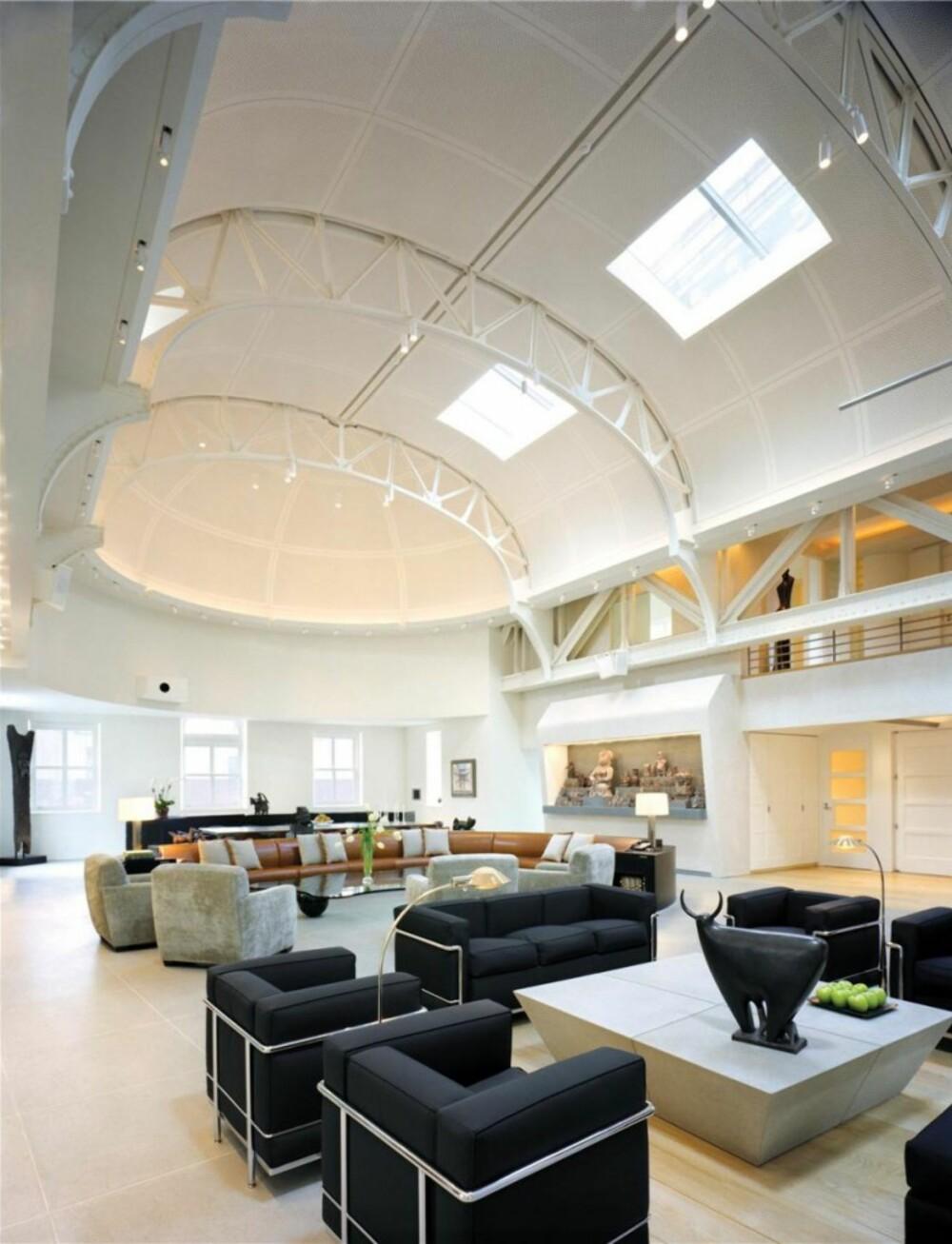 FYLLER PLASSEN: Møbler til allrommet måtte lages på mål slik at de skulle passe rommets proposjoner.