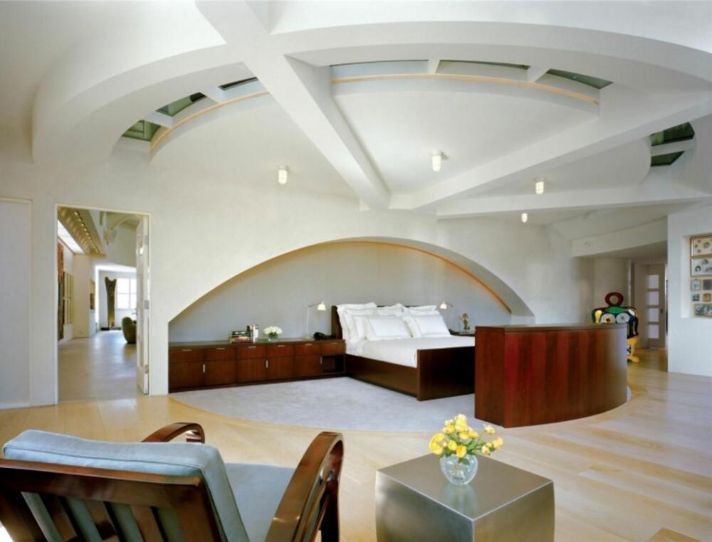 SOV GODT: Gjennom det unike taket i mastersoverommet skimtes kontoret/biblioteket.