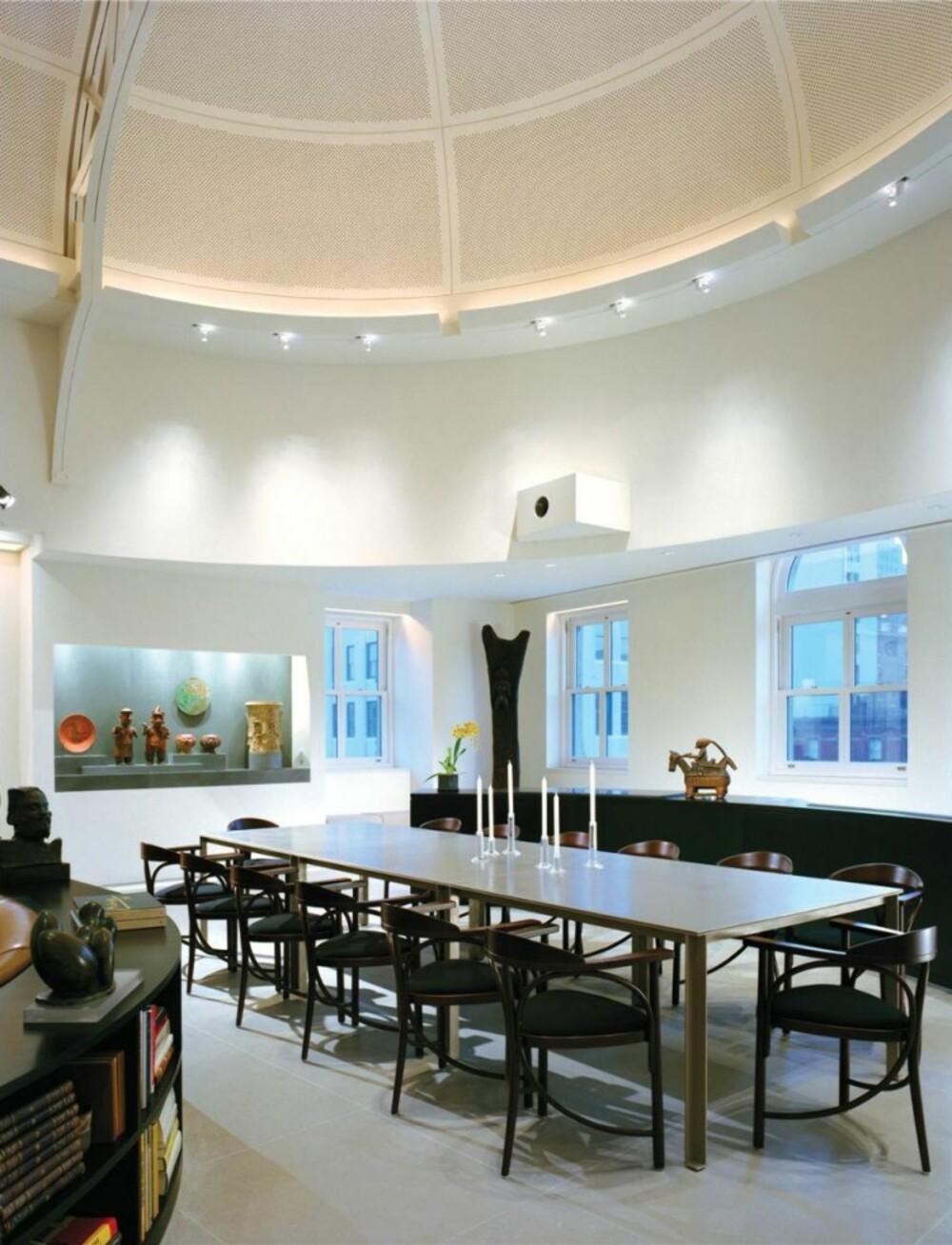 SPISEPLASS: Det er rom til mange gjester rundt spisebordet. Legg merke til det vakre taket.