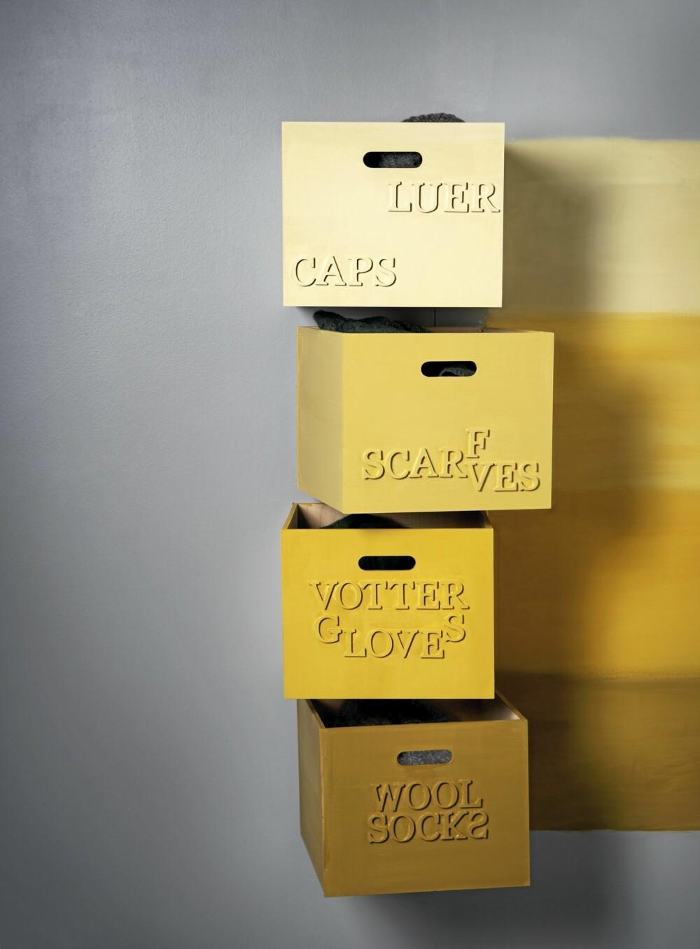 KUL OPPBEVARING: Kassene festes på veggen med hengsler og kan derfor enkelt vippes ut, slik at det som ligger i boksen blir lett tilgjengelig. Kassene er malt i følgende farger (ovenfra og ned): 2020-Y10R, 2040-Y10R, 2060-Y10R og 4040-Y10R.