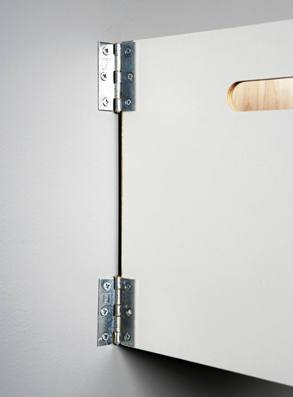 KUL OPPBEVARING: Boksene skrus fast på veggen med hengsler, slik at de enkelt kan vippes ut.