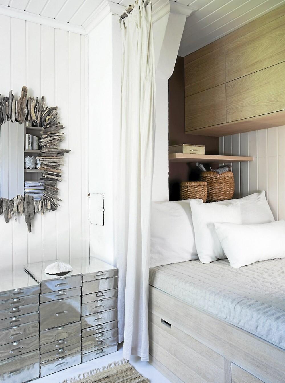 COMPACT LIVING. Det lille gjesterommet utnytter plassen maksimalt. Ny, komplett innredning fra Plank interiørdesign med dobbeltseng, oppbevaring i begge ender og store skuffer under sengen.