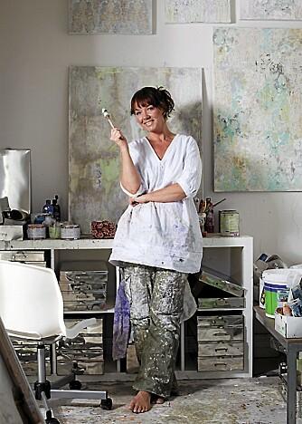SKAPER GLEDE. Cecilie maler bilder  og hun har hatt sin første utstilling i Galleri Albin Art.