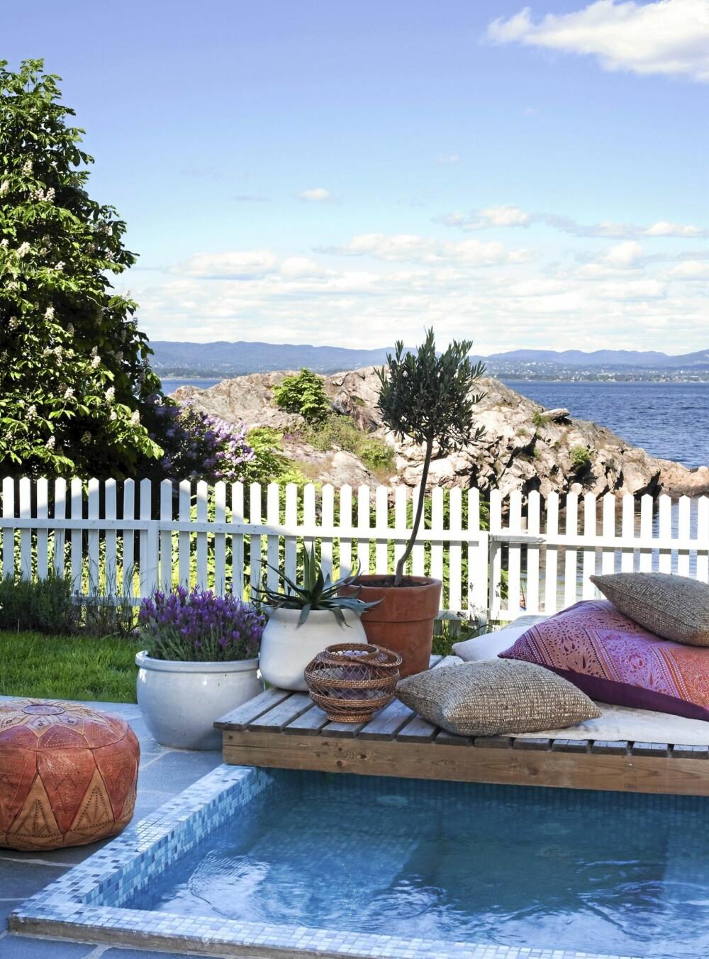 PLASK I HAGEN. På den nyanlagte terrassen anla eierne et barnebasseng med himmelblå mosaikk. Lekkert!