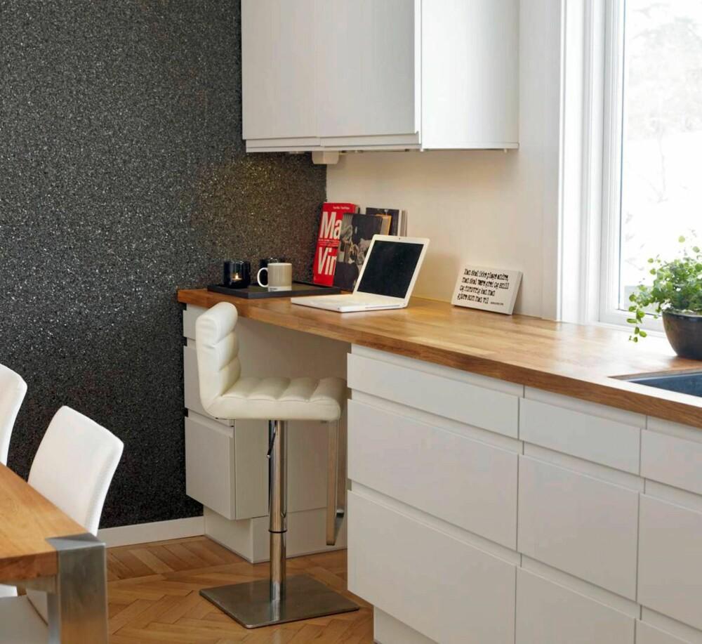 KJØKKENARBEID: Kjøkkenet har et praktisk lite kontorhjørne på enden av kjøkkenbenken.