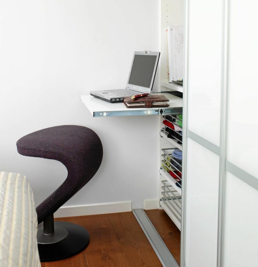SKAPARBEID: En utfellbar pult i klesgarderoben gir mulighet for å sette av en kort arbeidsøkt.