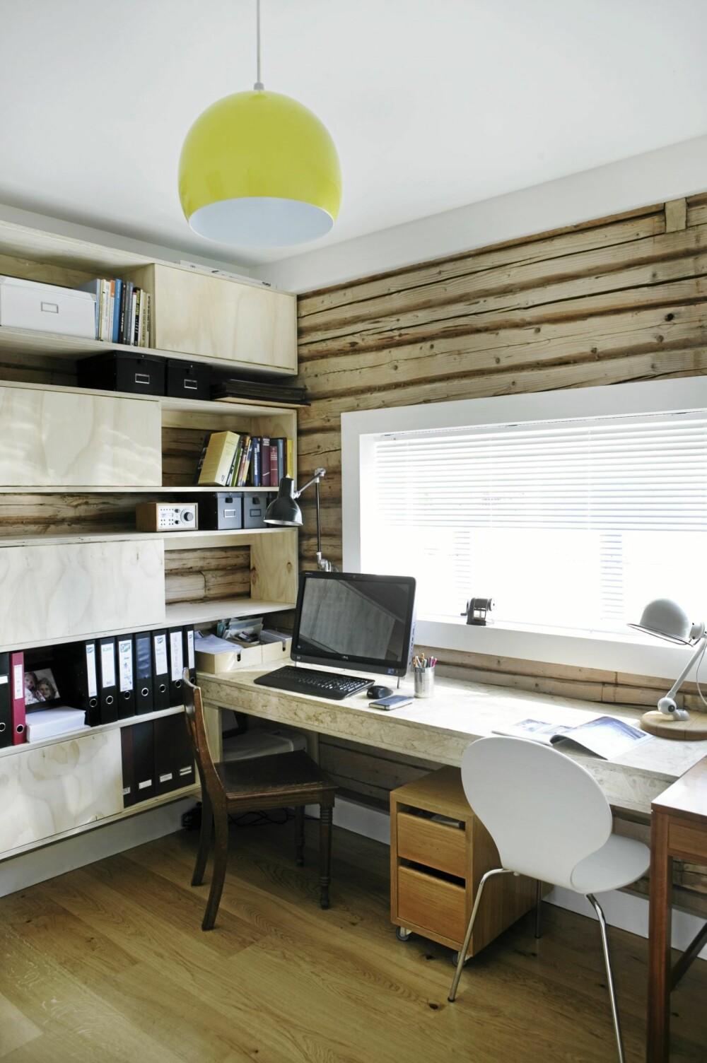 HJEMMELAGD OG GJENBRUK: Hjemmekontoret består av hjemmelagde møbler og bruktfunn.