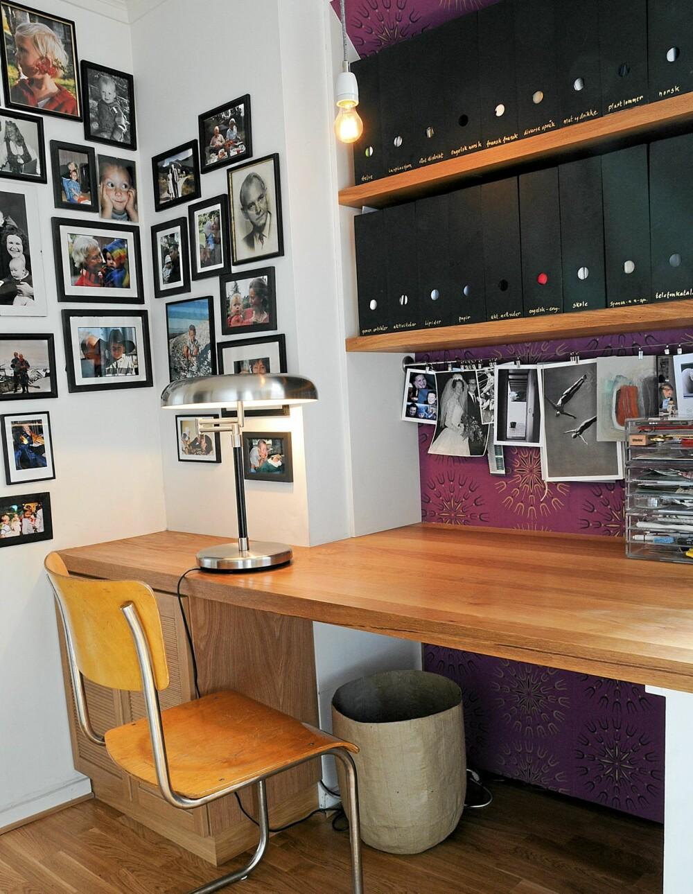 PERSONLIG JOBBPLASS: Hjemmekontoret er dekorert med mange familiebilder, og en lekker tapet fra Berge Interiør. Skrivepulten er tilpasset etter veggen.