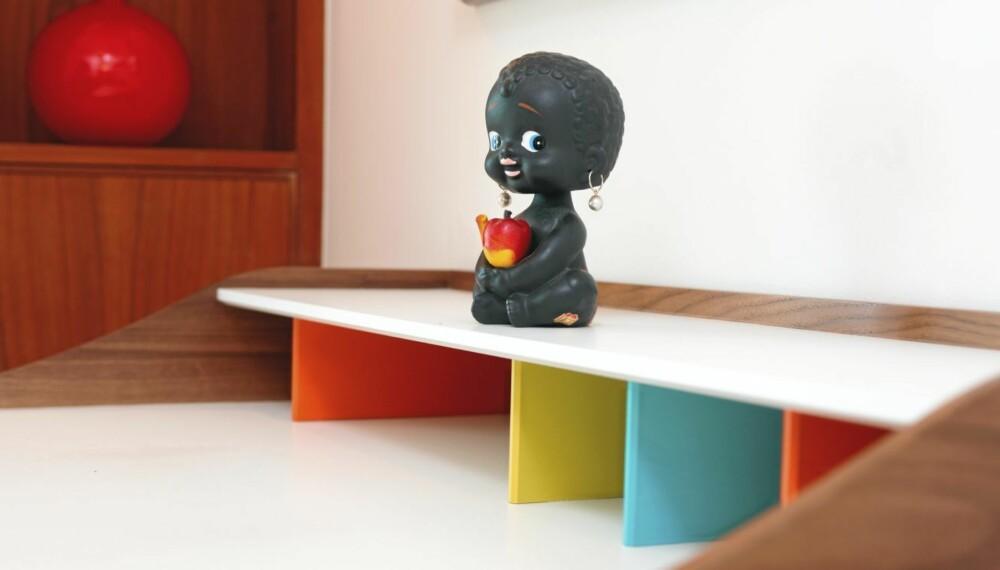 RETROIKON: Work Desk fra Vitra er i dag et ettertraktet møbel. Dukken på pulten er et loppekjøp.