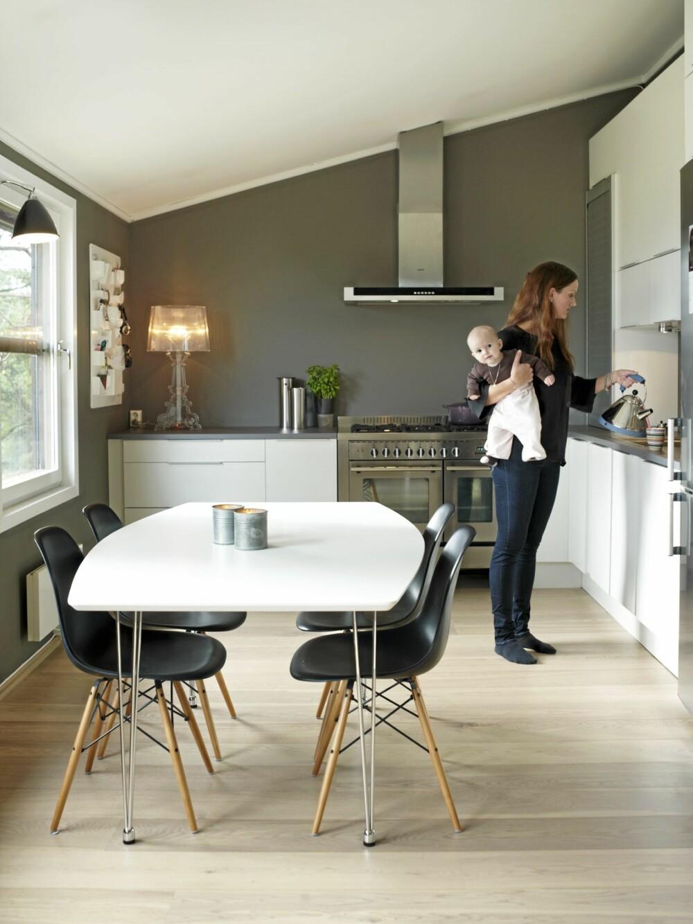 SPISEKJØKKEN: Kjøkkenet fra HTH er L-formet, med overskap på den ene veggen. Familien valgte en rimelig benkeplate i laminat, og prioriterte heller en stor og eksklusiv gasskomfyr.