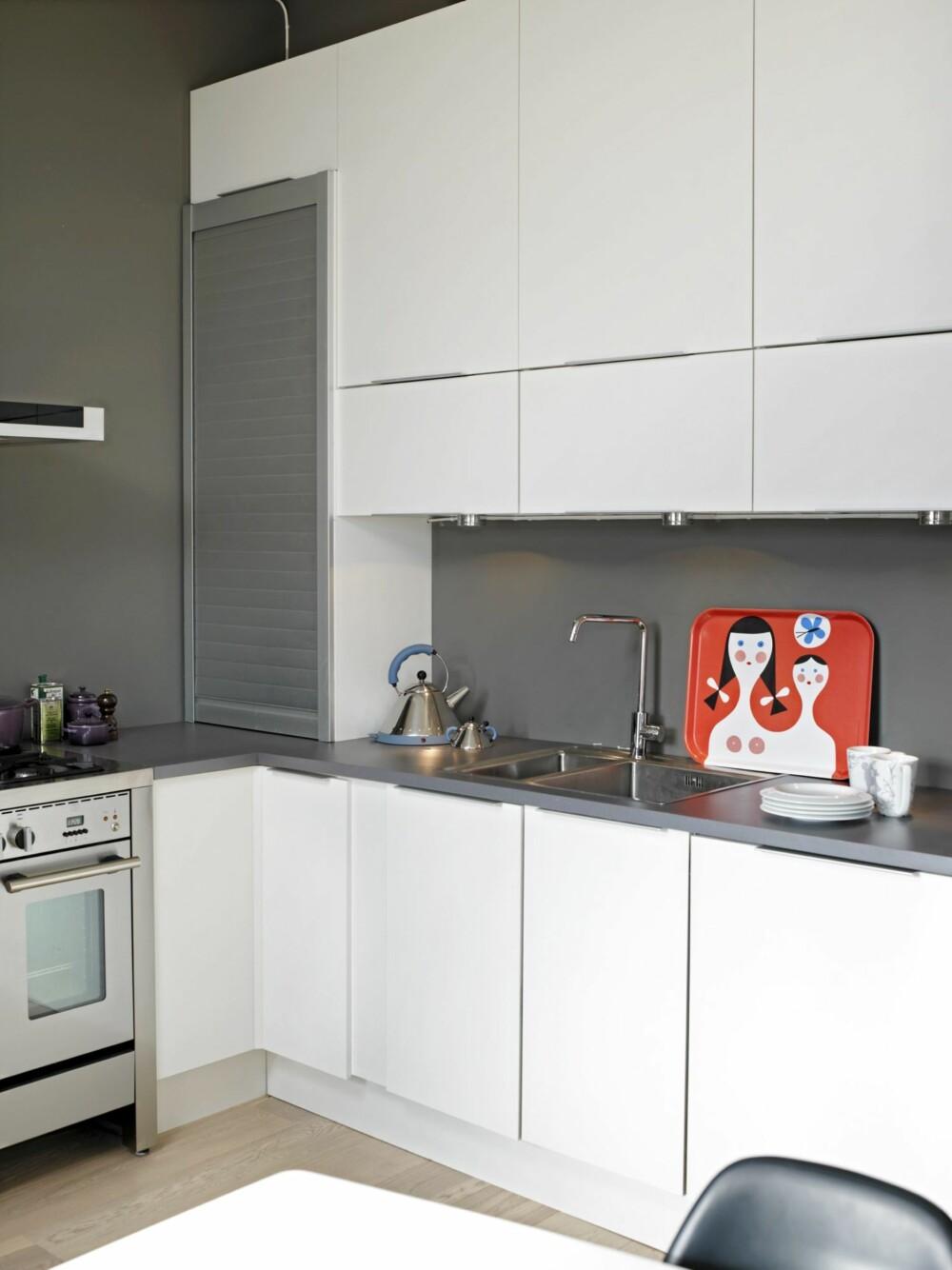 GRÅ SPRUTSONE: For å skape sammenheng er også sprutsonen over kjøkkenbenken malt i samme farge som veggene for øvrig.