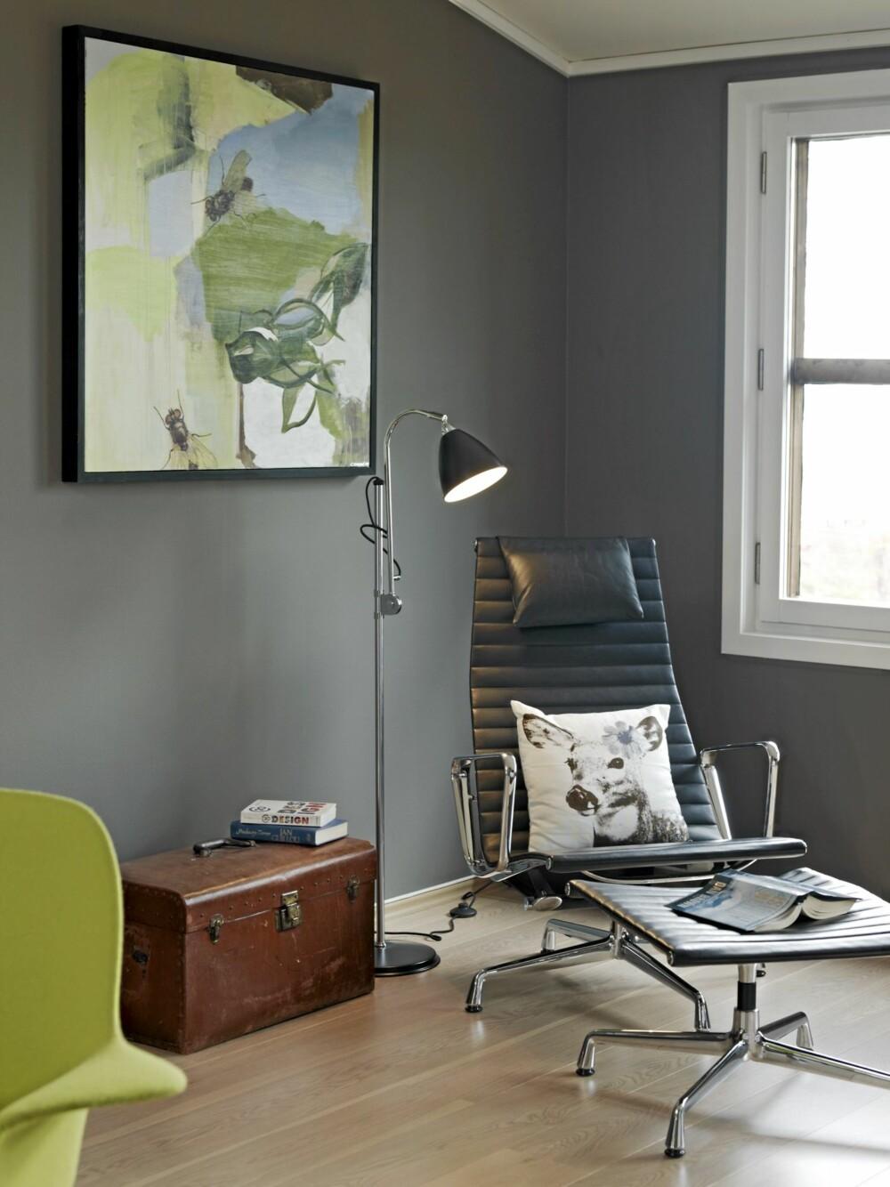 LESEKROK: I et hjørne i stuen, adskilt fra sofagruppen og spisebordet, er det etablert en komfortabel lesekrok. Stolen heter Aluminium Chair EA 124, kisten er et arvestykke, og maleriet er signert Camilla Fonneland-Sandberg.
