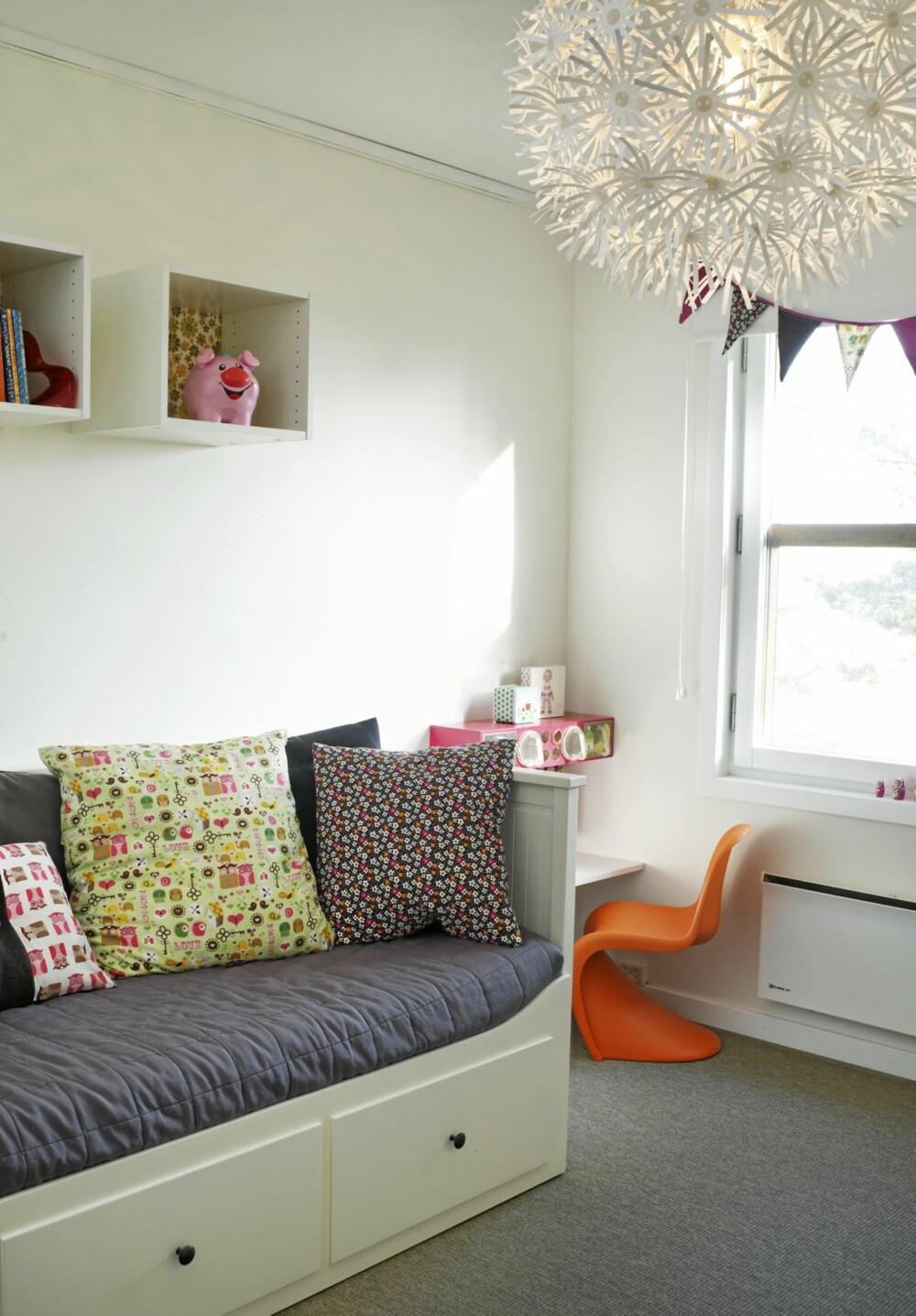 SENG FOR DAG OG NATT: En daybed med oppbevaringsskuffer under fungerer som sofa om dagen og seng om natten. Vegg-til-vegg-teppet gjør det lunere for barna å leke på gulvet.