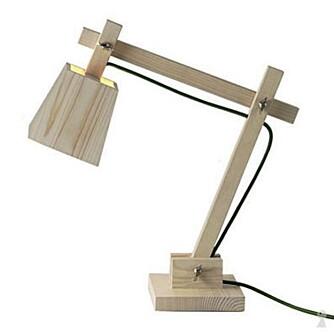 TREVERK: Treverk er trendy i år og denne lampen fra Designdelicatessen er enkel og funksjonell i formspråket.