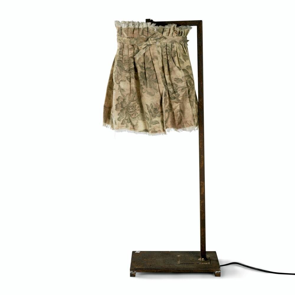 MYKT MOT HARDT: Denne lampen fra Nordal er både romantisk og røff med sin myke skjerm og industrielle kropp.