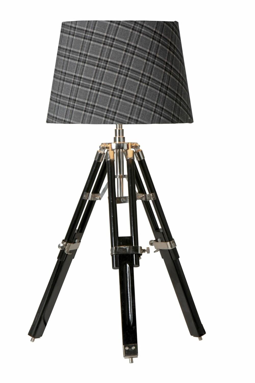 HYTTEKOS: Nå skal man ha det lunt, varmt og koselig hjemme, nesten som på hytta. Den lune skjermen røffes opp med den industrielle lampefoten.