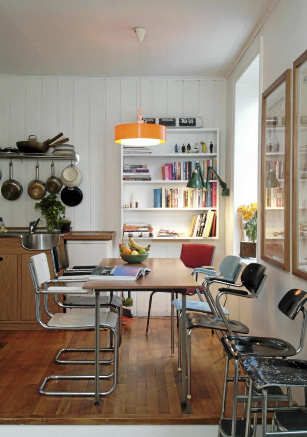 INDUSTRI I  INTERIØR: Interiøret i leiligheten er en uhøytidelig miks av gamle bruktmøbler, og mange av dem er i en utpreget Bauhaus industri og kontoraktig stil.