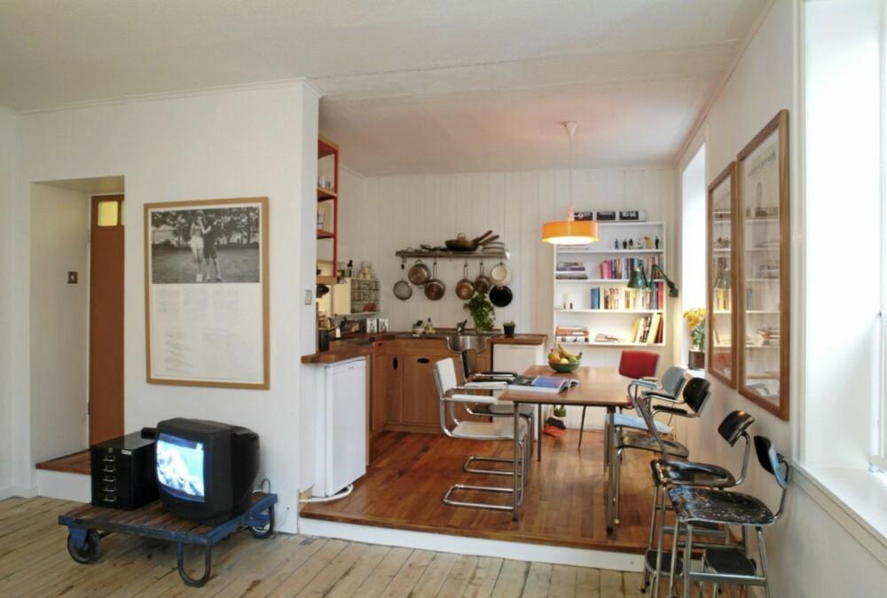 INNREDET I SONER: Fra stueavdelingen ser du rett mot kjøkkendelen i hovedrommet. Soverom og bad ligger til venstre i bildet.