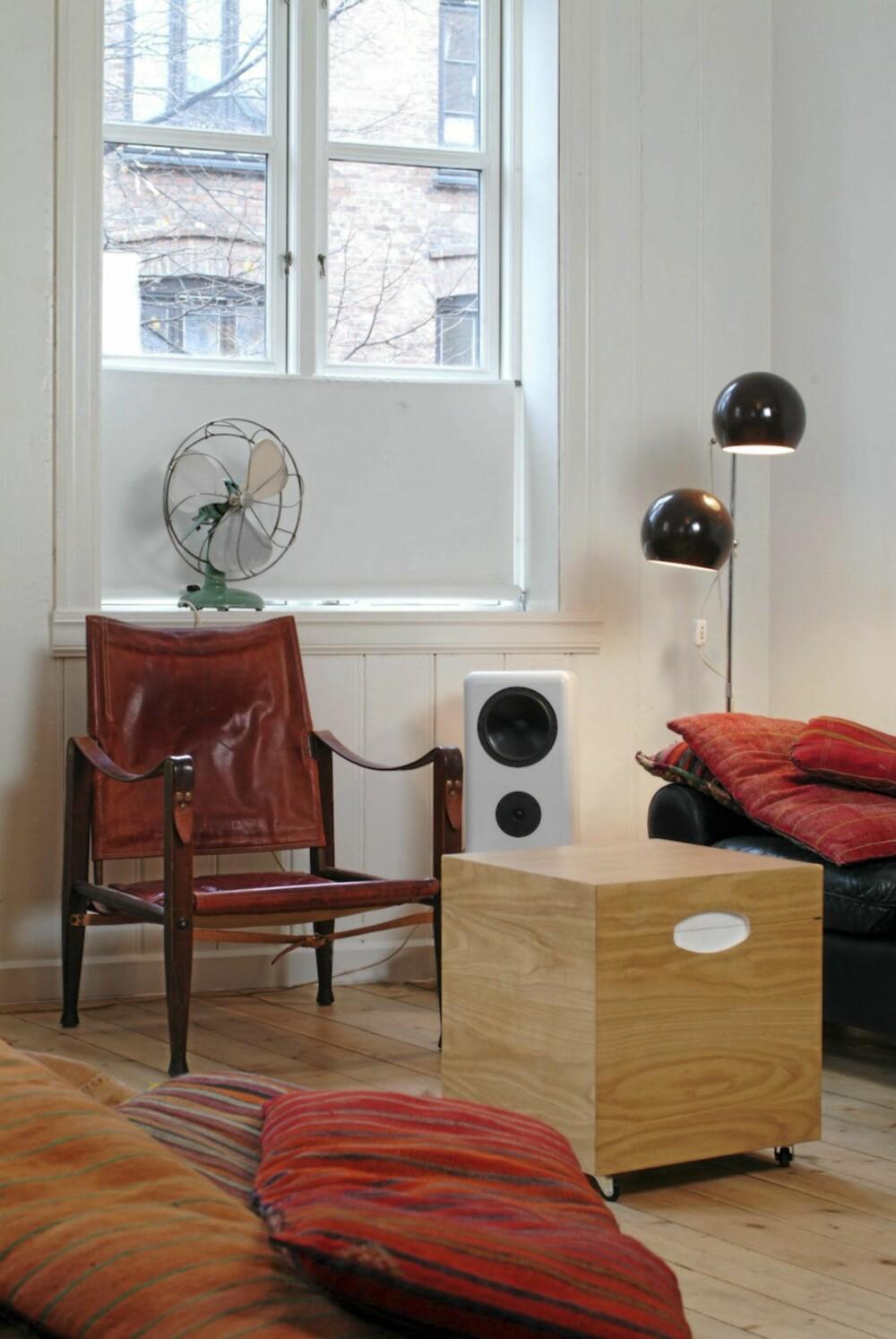 RETROSTIL I GAMMELT HUS: De ulike møblene i stuen, derav noen nye har en stil som står utmerket til hverandre.