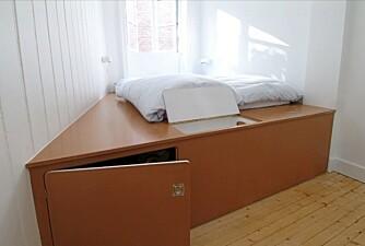 SENG FRA VEGG TIL VEGG: Her ser du hvordan den kombinerte sengen og oppbevaringsmøblet er bygget opp.