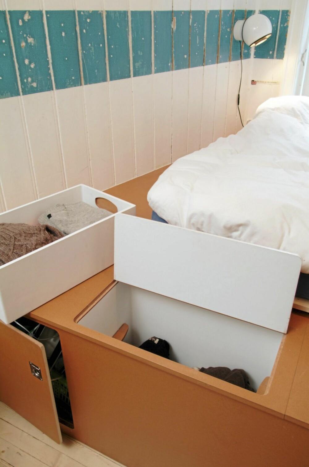 SKAP SOM I SEILBÅTER: Skapene under sengen er laget som plasseffektive, faste innredninger, slik som vi finner i blant annet båter. Legg merke til hvordan en stripe av den gamle, turkise veggen er  beholdt som dekor i rommet.