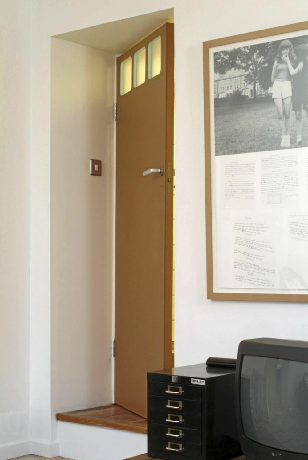 DØR I SÆRKLASSE: Døren er et originalt design utført av eieren. Legg merke til de turkise stripene som kanter de små, frostete vinduene.