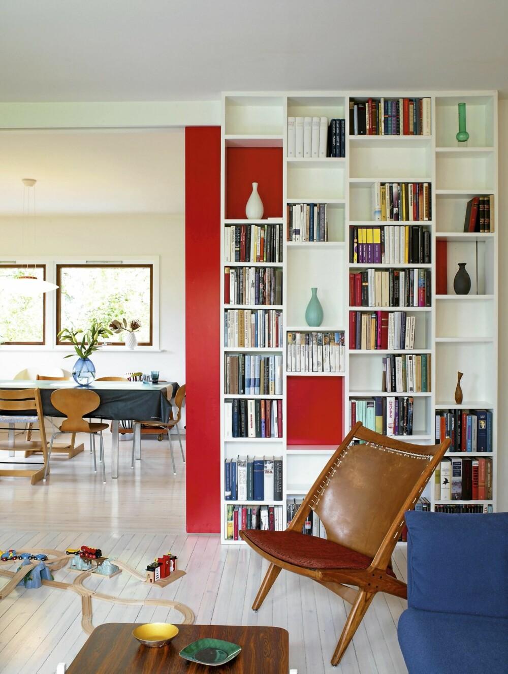 RØD BAKPLATE: Den røde skyvedøren er både fleksibel og dekorativ.