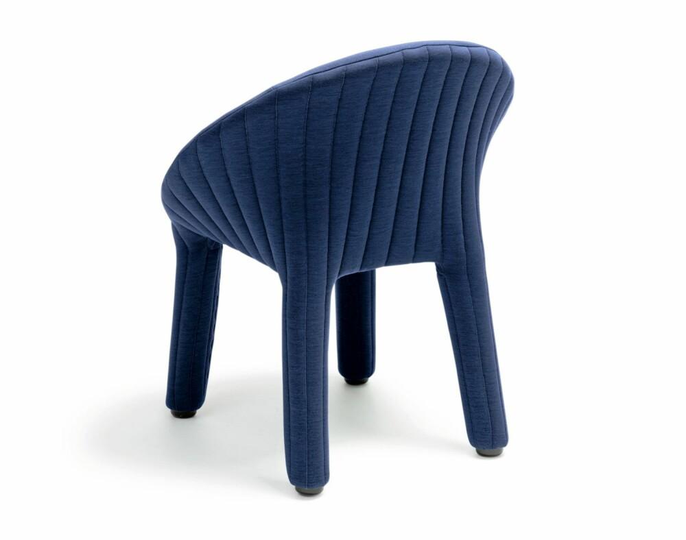STOL MED BUKSER: Coupé Chair designet av Läufer + Keichel for Offecct er i sin helhet trukket i tekstil.