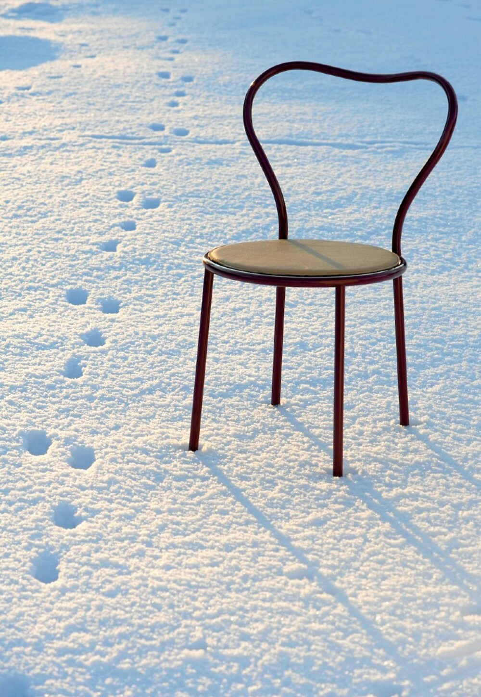 VARM FORM, KALDT MATERIALE: Stålstolen Heart Chair har en rygg formet som et hjerte. Design ved CKR for David Design.