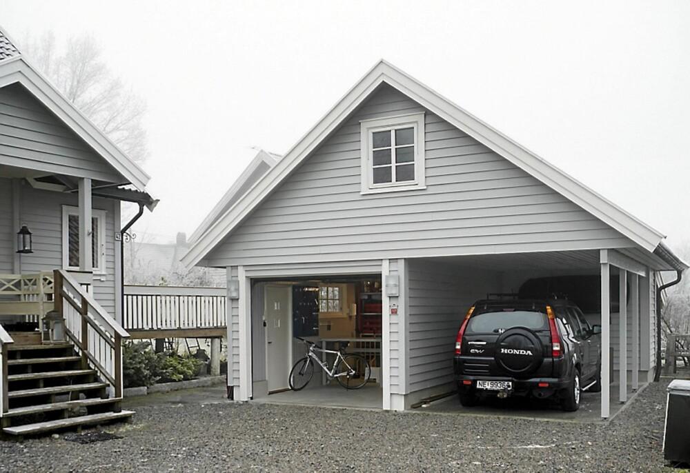TREDOBBEL FUNKSJON. Den gamle, trange garasjen ble revet og en ny satt opp. I den fikk familien plass til praktisk verksted, oppbevaring, carport og lekerom på loftet.