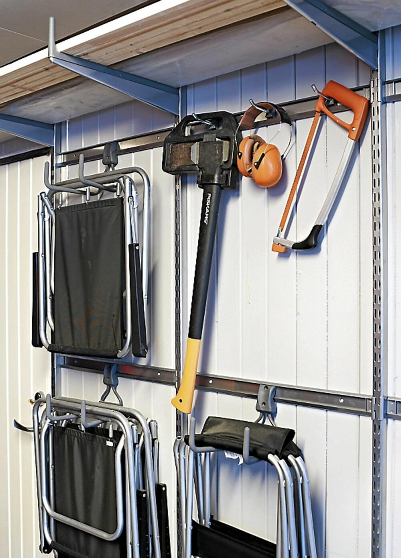 KROKSYSTEMER. Elfa kroksystem på veggen er fleksibelt og praktisk. Det blir mye lagring på liten plass, og tingene er lette å få tak i når du trenger dem.