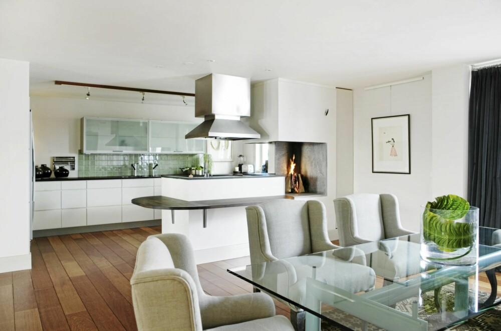 STED FOR LANGE HERREMIDDAGER: Spisebordet fra Le Corbusier har lyse, turkise ben. Spisestuestolene fra Magazin hindrer at miljøet blir kjølig, i tillegg til at de er gode å sitte i gjennom lange herremiddager.