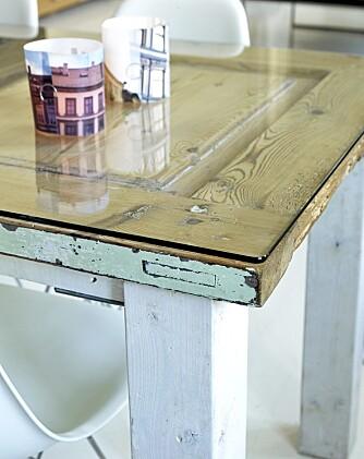 KONTRASTFULLT. Kjøkkenbordet spiller på temaet nytt og glatt mot gammelt og røft. Telysskjermene er laget av fotografier fra bygårdene i nabolaget, kjøpt på Liebling.