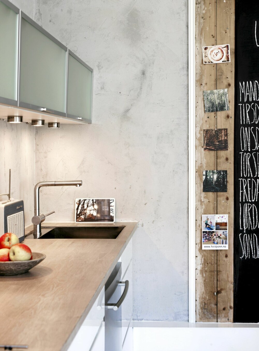 PUSSET HJØRNE: Benkeplaten strekker seg fra vegg til vegg. Den pussede veggen fortsetter helt til den hvitmalte listen som markerer overgangen til rupanelet.
