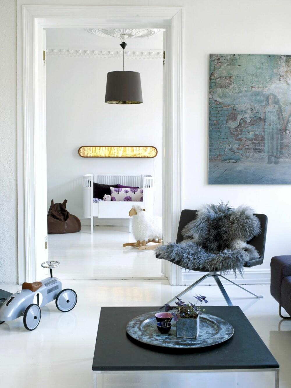 BARNEROM MØTER STUE: Barnerommet er pusset opp i samme stil som stuen slik at de to rommene henger naturlig sammen og øker romfølelsen. Vegglampe fra Eske, taklampe fra Kvist.