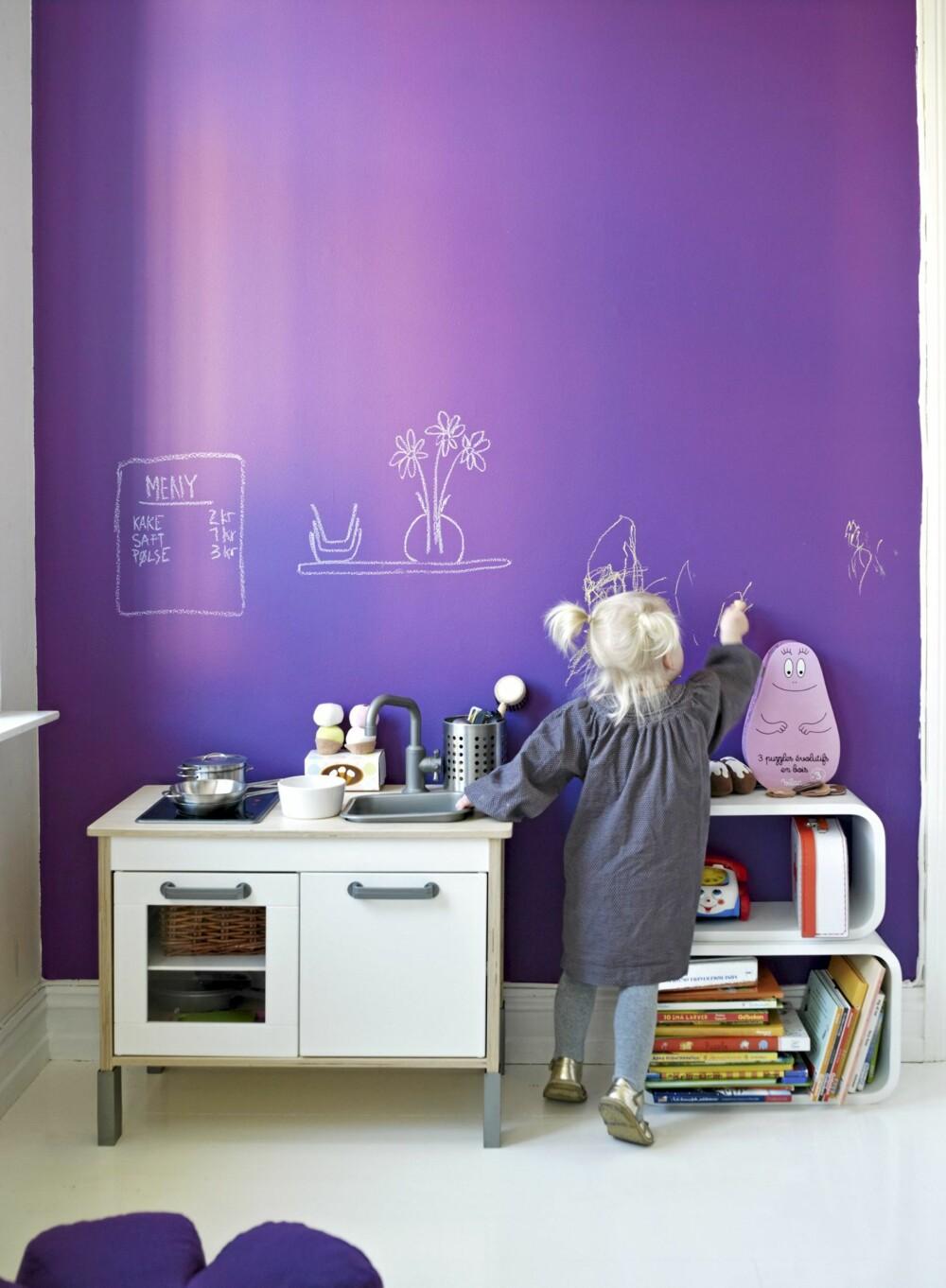 LILLA LERRET: Barnerommets ene vegg er malt i matt lilla, og gir anledning til fri utfoldelse med krittet.