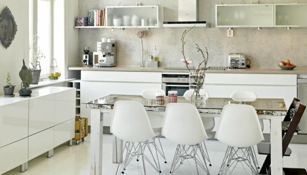 SPLITTERNYTT OG ELDGAMMELT: Spisebordet er laget av en over hundre år gammel dør. Kjøkkenet er nytt. Den fem meter lange benkeplaten måtte heises opp og føres inn gjennom balkongdøren.